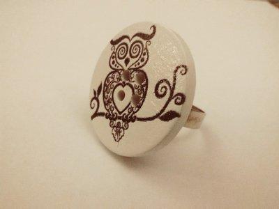 Grande anello bianco con gufo