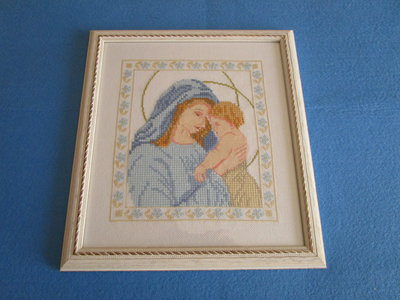 """Quadro a punto croce """"Madonna con bambino"""" con cornice in legno bianca"""
