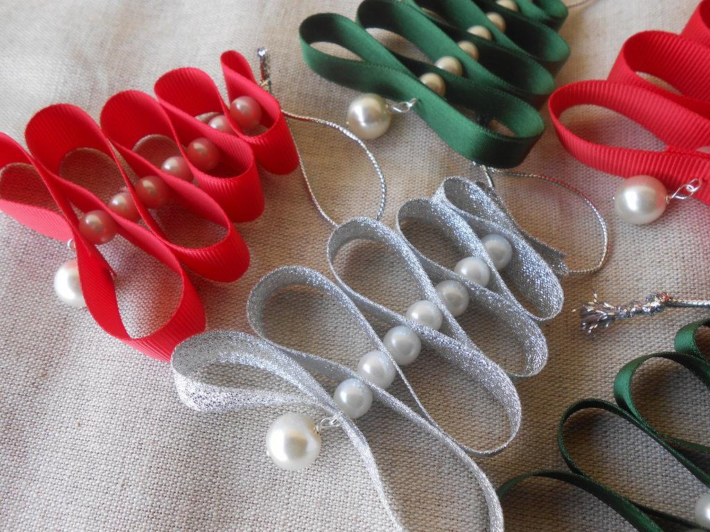 Alberelli di Natale fatti a mano con nastri colorati e perle.