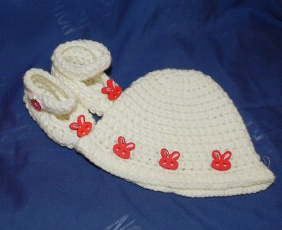 Scarpette e cappellino bebè panna realizzazione uncinetto