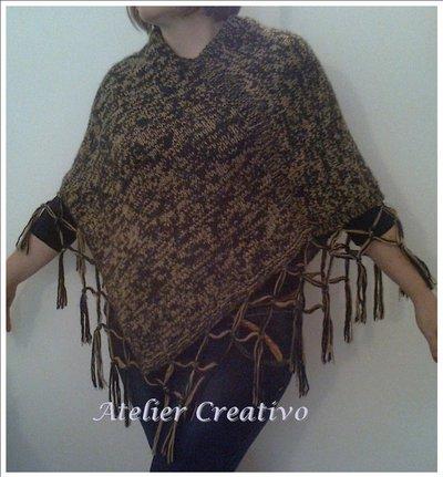 Poncho in lana nero/beige con frange