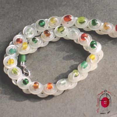 Collana Bimba con bottoni in madreperla e perle in vetro verde - C.48.2015