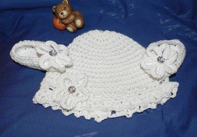 Cappellino e scarpette bambina bianco fatto a mano in lana  ideale per battesimo