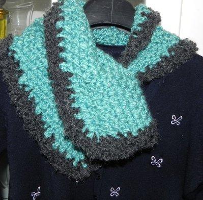 Sciarpa triangolo fatta a mano verde e grigio scaldacollo scarf