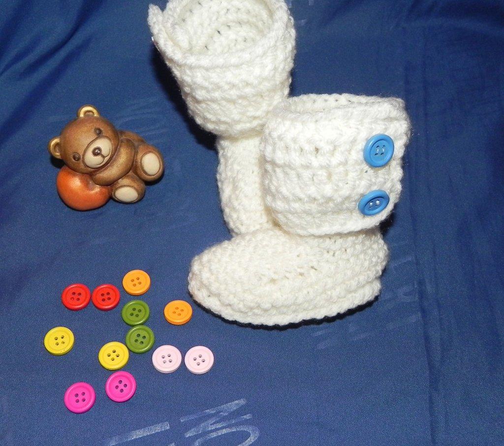 Stivaletti stile Hugg panna con bottoni colorati