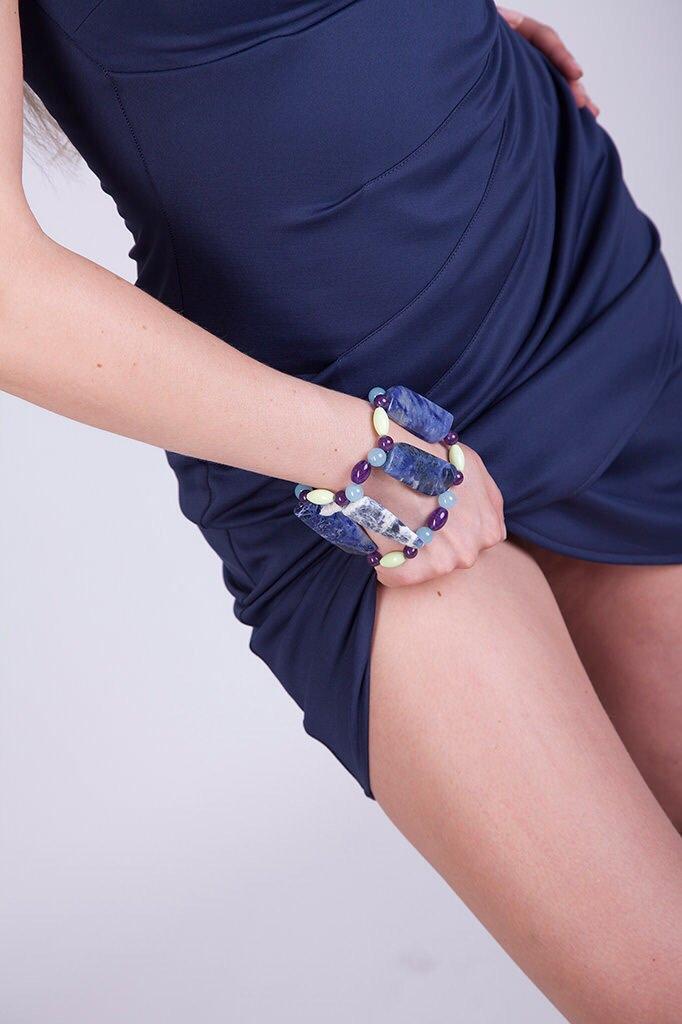 Bracciale a schiava con sodalite, quarzo ametista, quarzo verde acido, quarzo azzurro fatto a mano - slave bracelet with sodalite, quartz, amethyst, green quartz acid, blue quartz handmade.