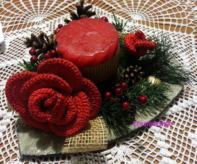 Centrotavola di Natale con candela e Rose rosse all'uncinetto fatto a mano