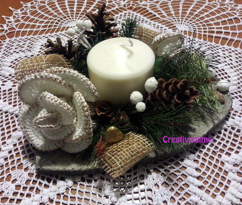 Centrotavola di Natale con candela e Rose Bianche e oro all'uncinetto fatto a mano