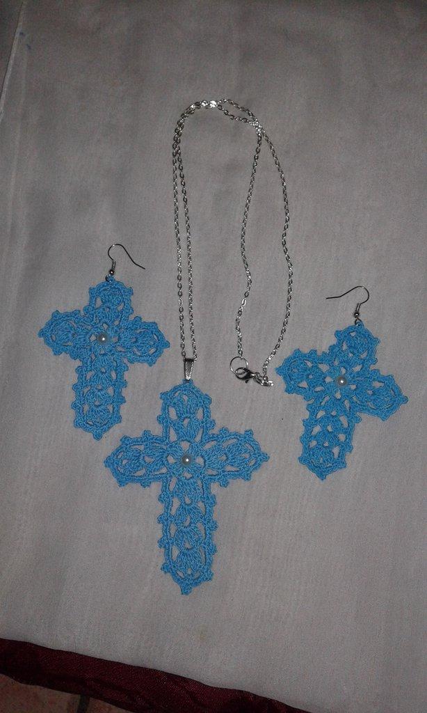 Orecchini più collana ad uncinetto a forma di croce