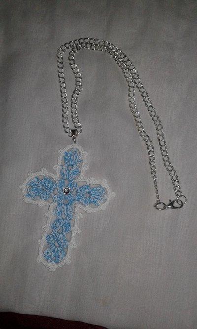Collana croce lavorata a mano ad uncinetto