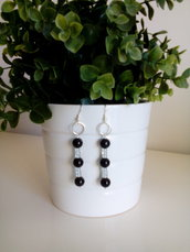 Orecchini con tre perle nere alternate da perline bianche