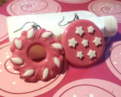 Orecchini in resina con charm a biscotti fucsia