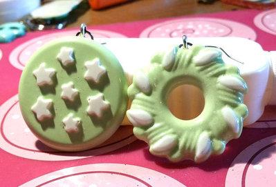 Orecchini in resina con charm a biscotti verde pastello