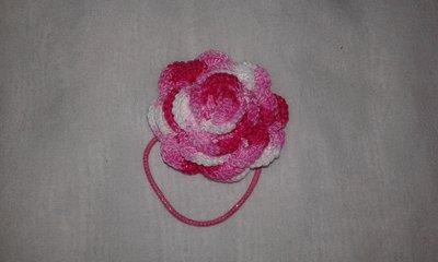 Elastici per capelli a forma di rosa lavorati ad uncinetto