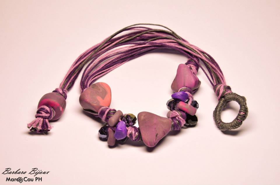 Collana nodi dai toni del viola con perle in pasta polimerica (fimo) e perle di vetro sfaccettate.