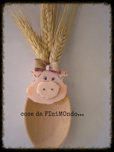 cucchiarella di legno decorativa con maialina