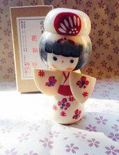 Bambola giapponese - Kokeshi Fiori sul Kimono