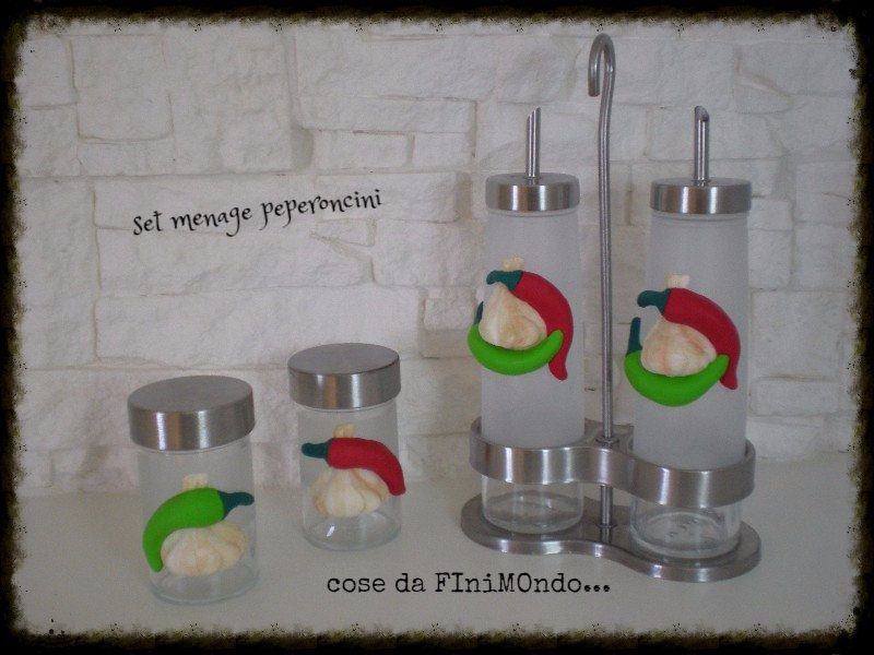 set menage, olio, aceto, sale e pepe, decorati con peperoncini in fimo