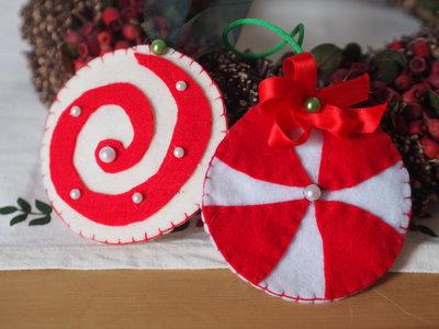 2  DECORAZIONI in feltro(Bianco/Rosso) per l'albero di NATALE.Lecca lecca giganti.Decorati con perline e nastri.Ricamati a mano.Da appendere