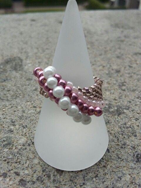 Anello a fascia realizzato nelle sfumature del rosa con la tecnica peyote