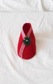 SCARPA da bimbo in feltro rosso.DECORAZIONE NATALIZIA per albero,segnaposto o regalo con dolci,gioiello.Nastri e decorazioni.Hand made