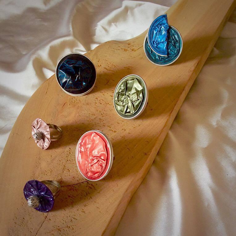Anelli colorati con capsule del caffè Nespresso
