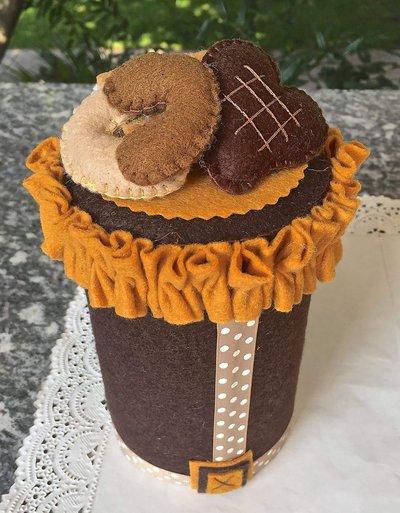 barattolo in latta portacaramelle rivestito in feltro e decorato con tre biscotti in feltro