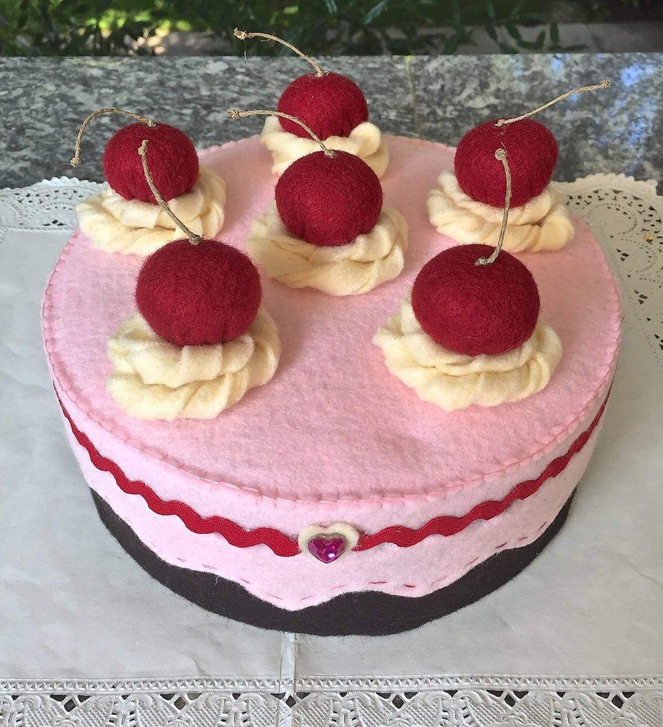 scatola torta con panna e ciliegie, decorata e rivestita in feltro