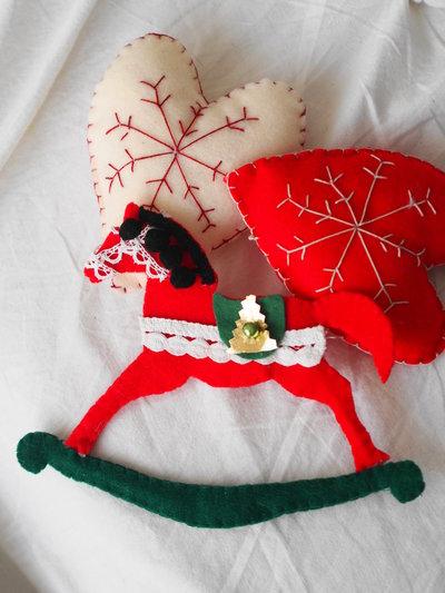 Cavallo a dondolo in feltro fatto a mano decorazione for Decorazione natalizia per porta