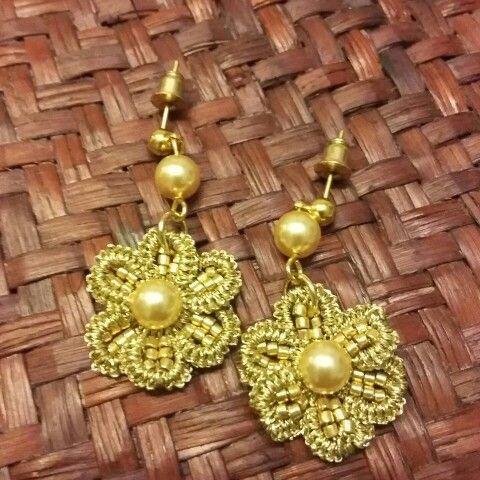 Orecchini lavorati a chiacchierino con perle color oro