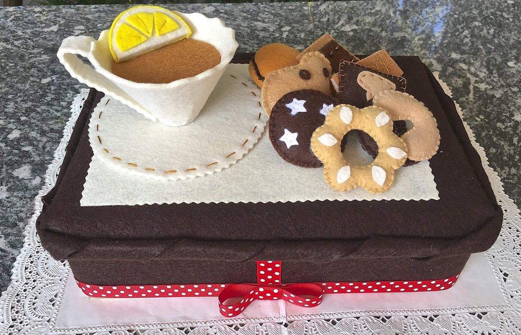 scatola rivestita in feltro, tea time, con tazza di tè e biscotti in feltro