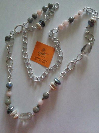 Collana con catena in alluminio, perle di fiume, quarzo grigio, giada rosa e labradorite