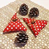 Abeti di Natale in stoffa country rossa a pois bianchi, nastro di iuta e bottone di legno