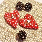 Cuori di Natale in stoffa country rossa e stelle bianche bianchi, nastro di iuta e bottone di legno