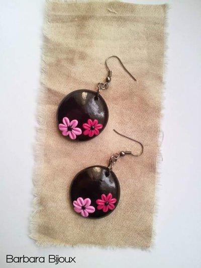 Orecchini rotondi bombati neri con fiorellini in pasta polimerica (fimo)