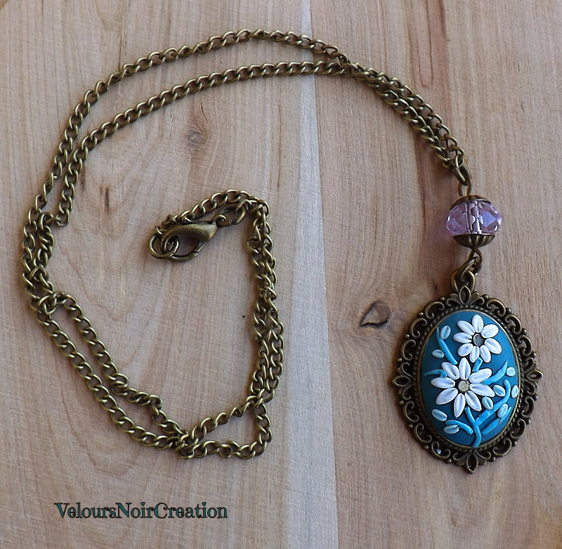 Collana vintage in bronzo con cammeo con fiori margherite tecnica embroidery