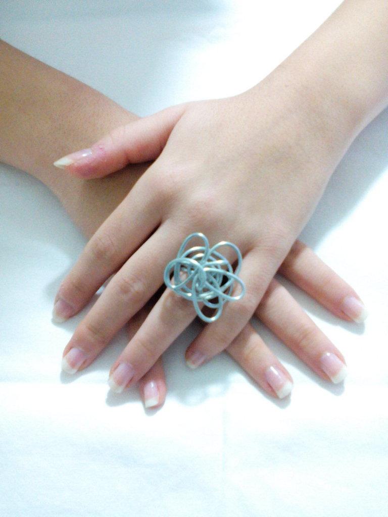 Anello realizzato a mano intrecciando con armonia un filo di ferro