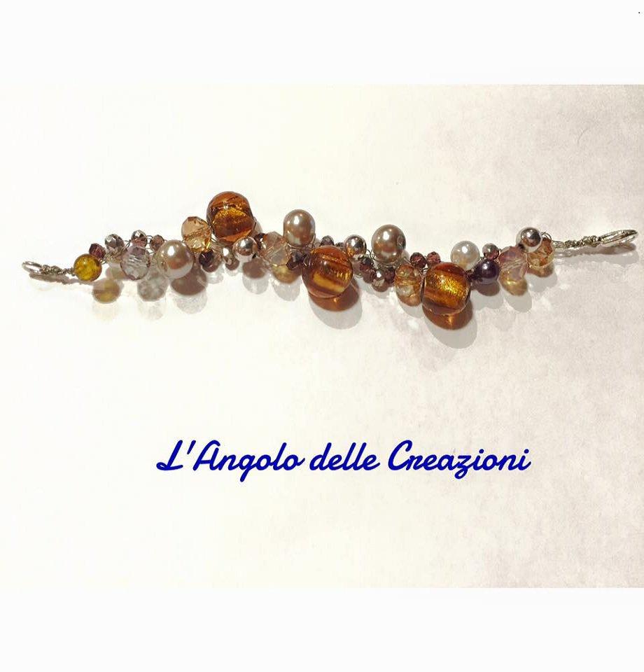 Bracciale realizzato a mano con fili argento, pietre dure, perle e cristalli, tonalità terra