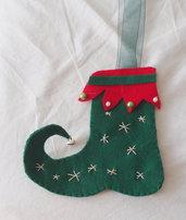 DECORAZIONE NATALIZIA da appendere all'albero o alla porta.SCARPA di ELFO con perle,campanelli e motivi ricamati.FELTRO verde e rosso.FATTO A MANO