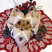 Decorazioni di Natale shabby chic cuori in feltro naturale, bottone di legno e bordo crochet