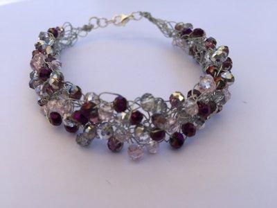 Bracciale fatto a mano con fili argento e cristalli piccoli colore grigio e violetto