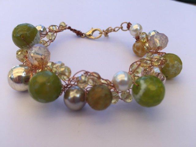 Bracciale fili rame con agate verdi, cristalli di luce e perle argento