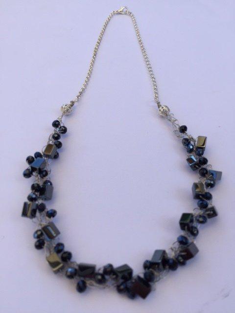 Collana realizzata a mano, color nero fili argento, cristalli neri, ematite