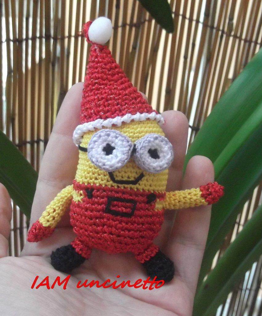 Minion di Natale vestito di rosso in cotone e lurex all'uncinetto