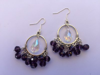 Orecchini con monachella cerchio, pendente a goccia trasparente e cristalli viola