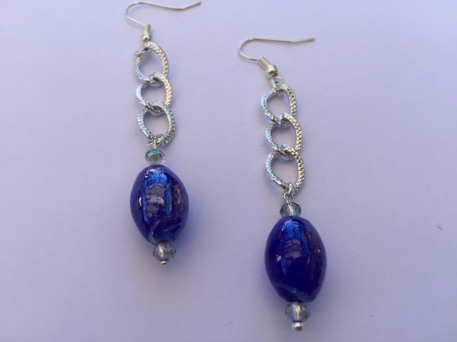 Orecchini fatti a mano con monachella, catena e vetro di Murano - colore blu