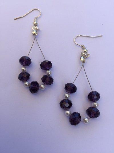 Orecchini fatti a mano, con cristalli viola e perle piccole