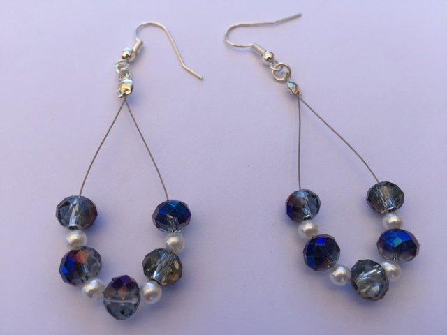 Orecchini fatti a mano con cristalli azzurri e perle piccole