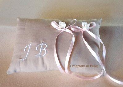 Cuscino portafedi con roselline e ricamo iniziali