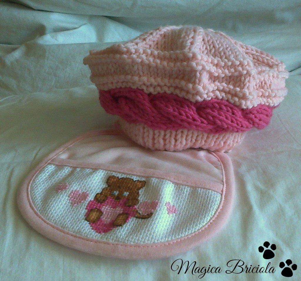 Baschetto e bavetta per neonata